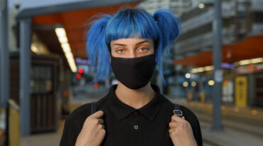 Junge Frau mit Mund-Nasen-Schutz