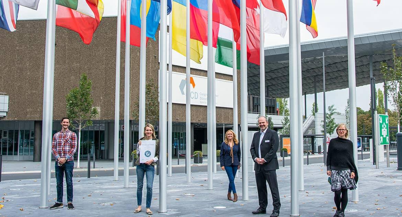Das Green-Team von Düsseldorf Congress präsentiert die Urkunde über die Green-Globe-Zertifizierung 2020
