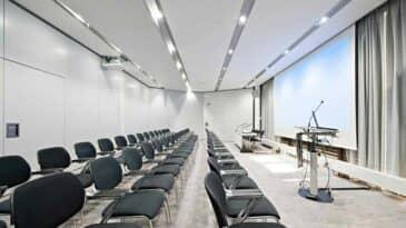 Raum 6 mit Reihenbestuhlung und Rednerpult