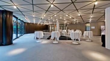 Foyer CCD Süd mit Stehtischen mit Blick auf das Restaurant