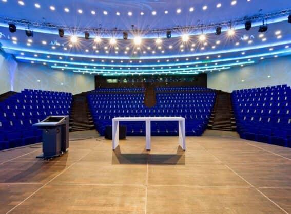 Raum 1 von der Bühne aus ins Auditorium