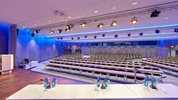 Raum 2 mit Blick ins Auditorium in parlamentarischer Bestuhlung