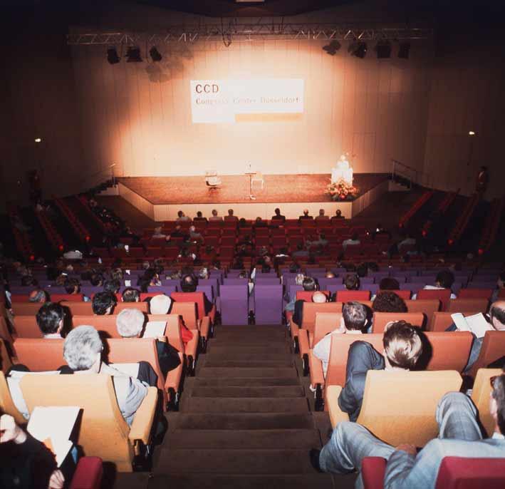 Kongress im Raum 1 mit bunten Stühlen
