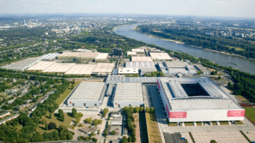 Halle 11 mit dem gesamten Messegelände und Rhein und Stadt im Hintergrund